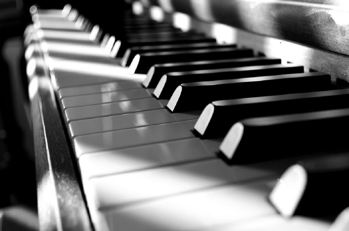photo d'un clavier de piano en noir et blanc